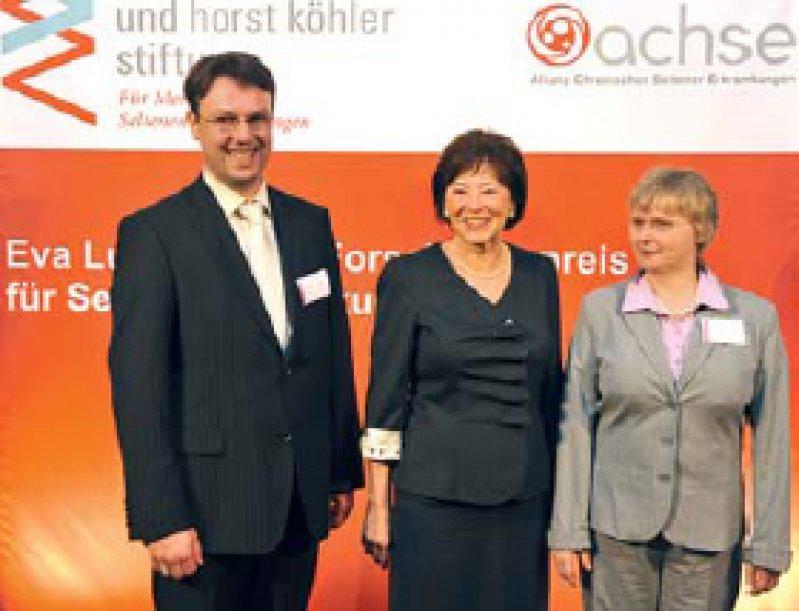 Kampf gegen seltene Erkrankungen: Eva Luise Köhler (Mitte) mit den beiden Preisträgern. Foto: achse