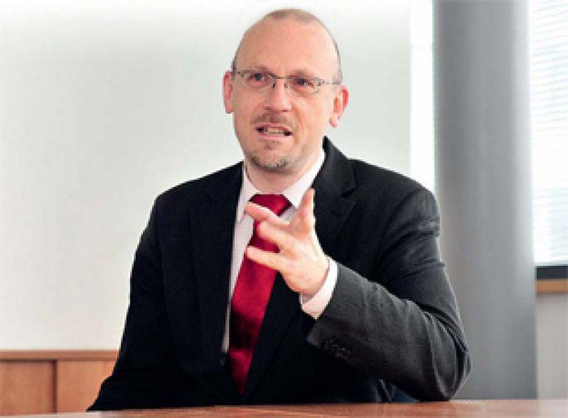 Dr. Stefan Etgeton ist seit acht Jahren beim Verbraucherzentrale-Bundesverband. Seit drei Jahren leitet er den Fachbereich Gesundheit und Ernährung. Zuvor war der evangelische Theologe und promovierte Kulturwissenschaftler Bundesgeschäftsführer der Deutschen Aidshilfe e.V.