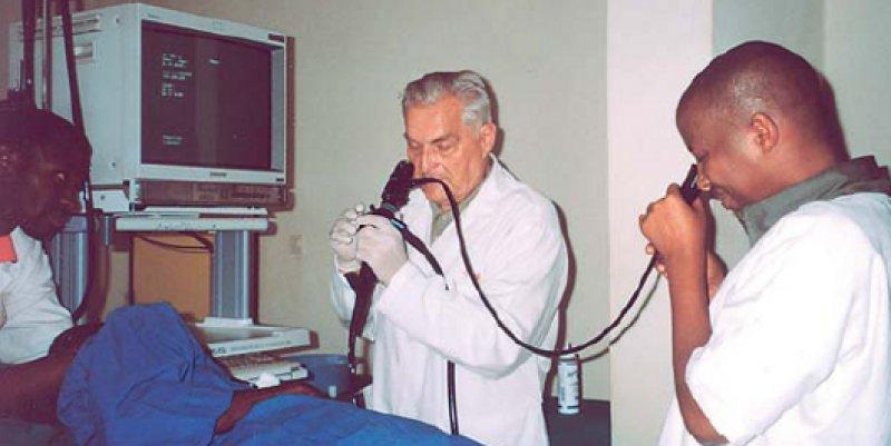 """Die Aus- und Weiterbildung der jungen Ärzte vor Ort ist eine vorrangige Aufgabe der """"Senior- Experten"""". Prof. Dr. med. Albert Helber war 2009 für den SES in Ruanda im Einsatz."""