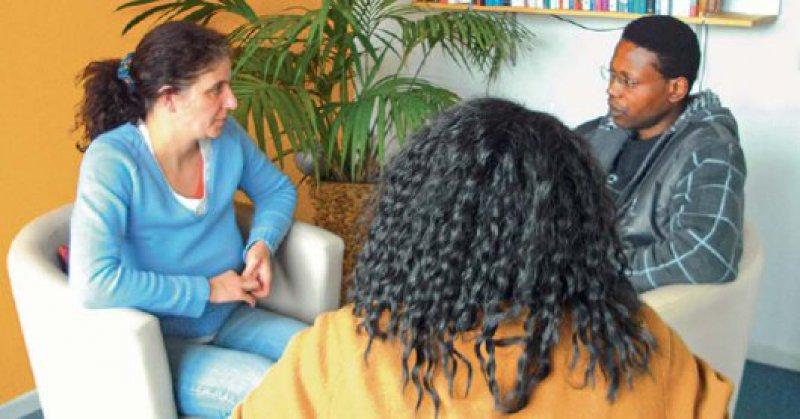 Sitzung mit Dolmetscher – Therapeut und Patient halten ständig Augenkontakt und sprechen sich gegenseitig direkt an. Fotos: Christina Schuster