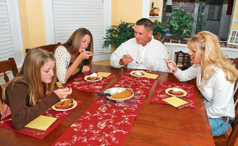 Essen im Kreis der Familie – Mahlzeiten sind eine Gelegenheit für die Familienmitglieder, um sich auszutauschen und das Zusammengehörigkeitsgefühl zu stärken.