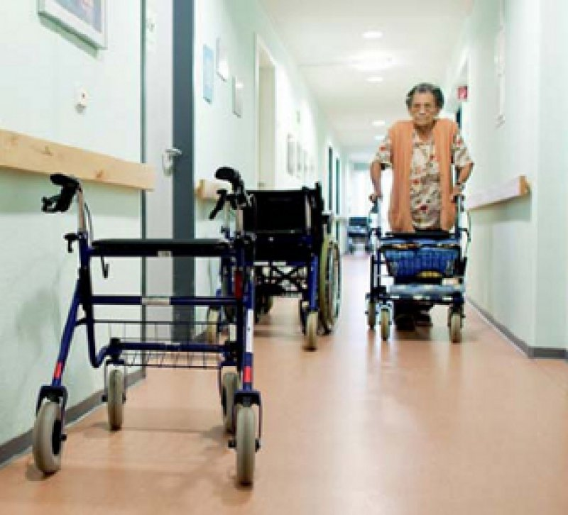 Eine gute ärztliche Betreuung in Heimen verhindert unnötige Klinikeinweisungen. Das haben Modellprojekte gezeigt. Foto: dpa