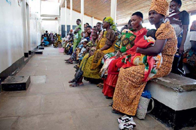 Warten auf Hilfe: In vielen afrikanischen Ländern südlich der Sahara kommt auf 1 000 Patienten eine Gesundheitsfachkraft. Foto: Photothek