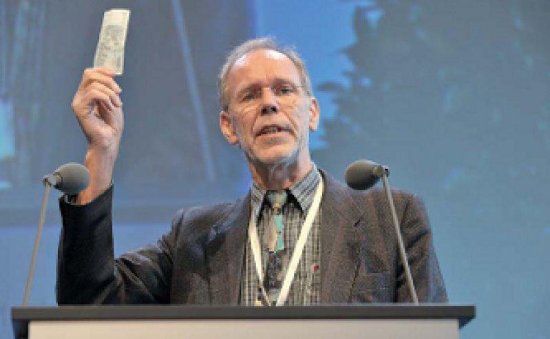 Seinen persönlichen Beitrag zur Versorgungsforschung wollte er gleich persönlich leisten. Ulrich Schwantes überreichte dem BÄK-Vorstand einen Fünfeuroschein.