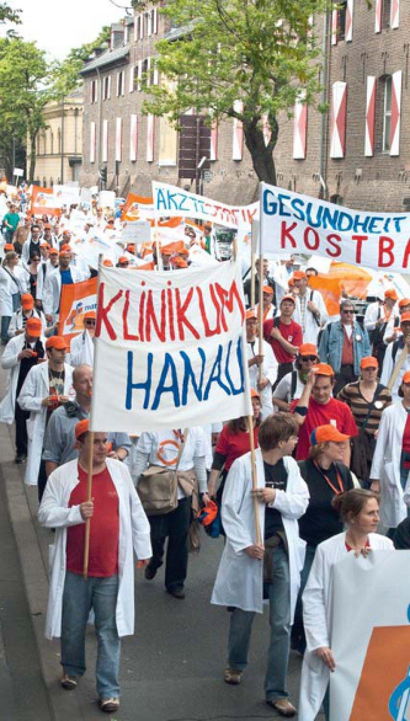 Das Einlenken der VKA erzwungen – so wie hier in Köln demonstrierten in den vergangenen drei Wochen viele Tausend Ärzte, dass sie für ihre Belange kämpfen wollen. Foto: Dominik Clemens