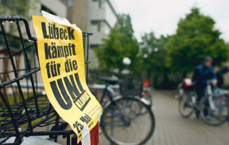 Plakate statt Lehrbücher: Medizinstudierende der Uni Lübeck kämpfen – unterstützt von vielen Seiten – gegen die Abschaffung ihres Studiengangs. Foto: ddp
