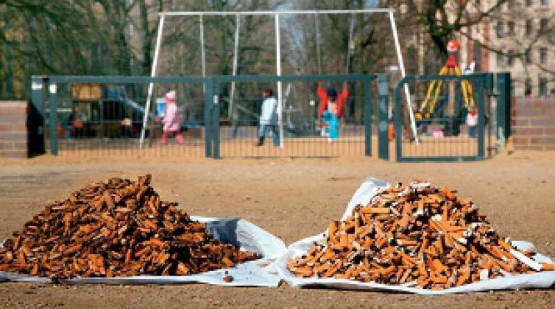 Keine Seltenheit auf Spielplätzen: Da, wo unmissverständliche Verbote fehlen, fand man mehr Kippen als anderswo. Foto: dpa