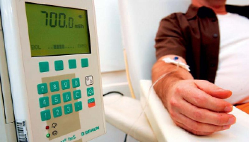 Am Tropf in der Praxis: Mehr und mehr Chemotherapien werden inzwischen ambulant durchgeführt. Foto: dpa