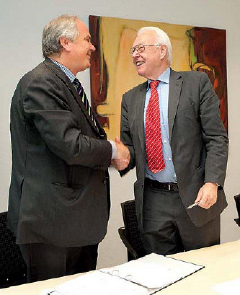 Vertragsabschluss im vergangenen Jahr zwischen G-BA und AQUA-Institut. Joachim Szecsenyi (links) und Rainer Hess. Foto: G-BA