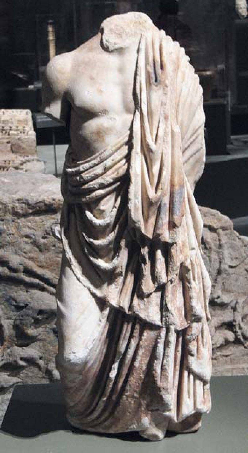 Hippokrates – der Begründer der wissenschaftlichen Medizin ist auch ohne Äskulapstab an der Drapierung seines Gewands zu erkennen. Fotos: Renate V. Scheiper