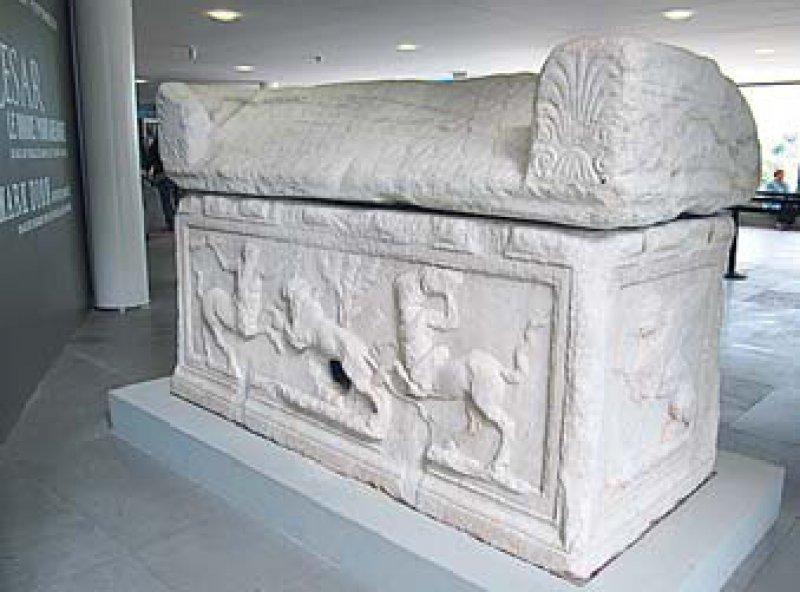 Gut erhalten und ungeschönt: Der Sarkophag wird einem römischen Arzt zugeordnet. Die Büste zeigt Cäsar mit Altersfurchen.