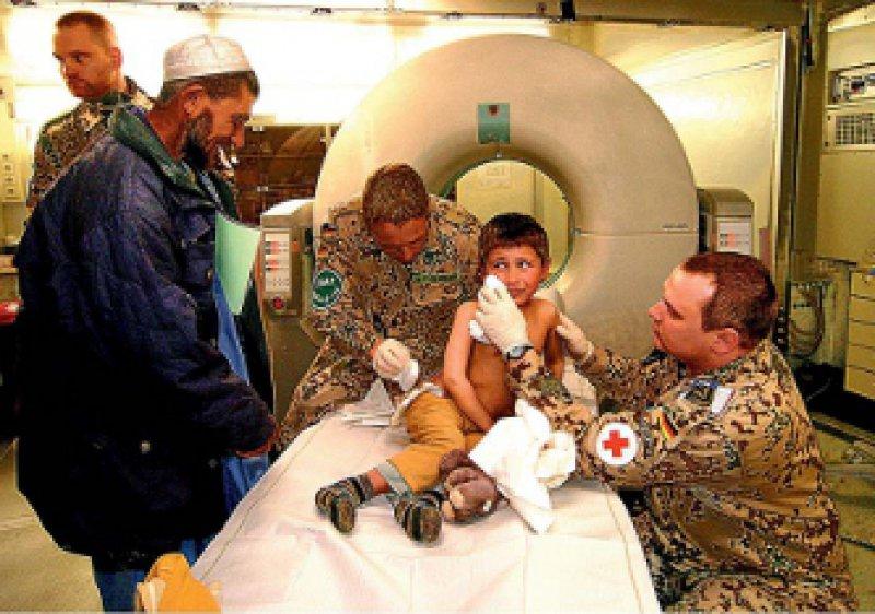 Bundeswehrärzte in einem Feldlazarett bei Kabul Oft wird der einsatzmedizinische Aufgabenbereich auf die Mitbehandlung der betroffenen Zivilbevölkerung erweitert. Foto: vario-images