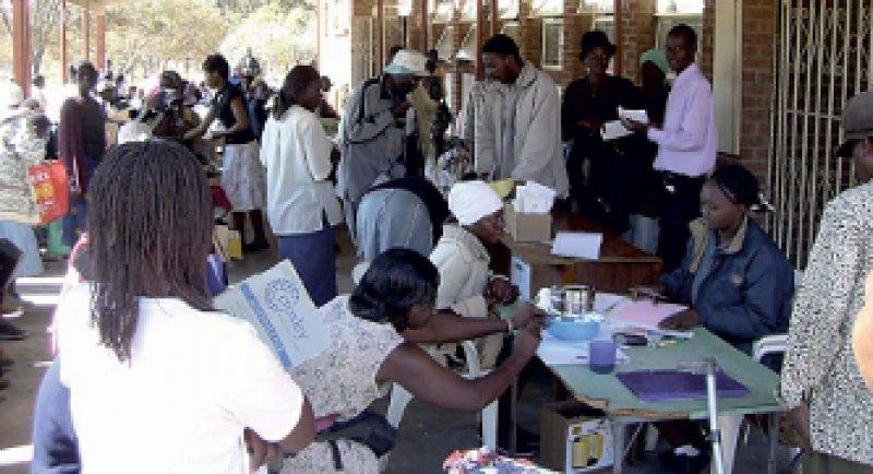 HIV-Behandlung in Simbabwe bedeutet Hoffnung, aber zunächst: warten.