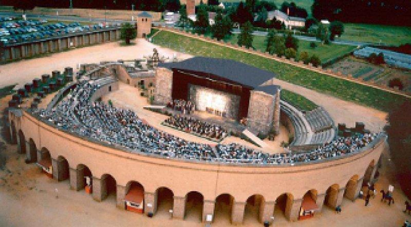 """Carl Orffs Oper """"Carmina Burana"""" (unten) wird in der römischen Arena Xanten inszeniert."""