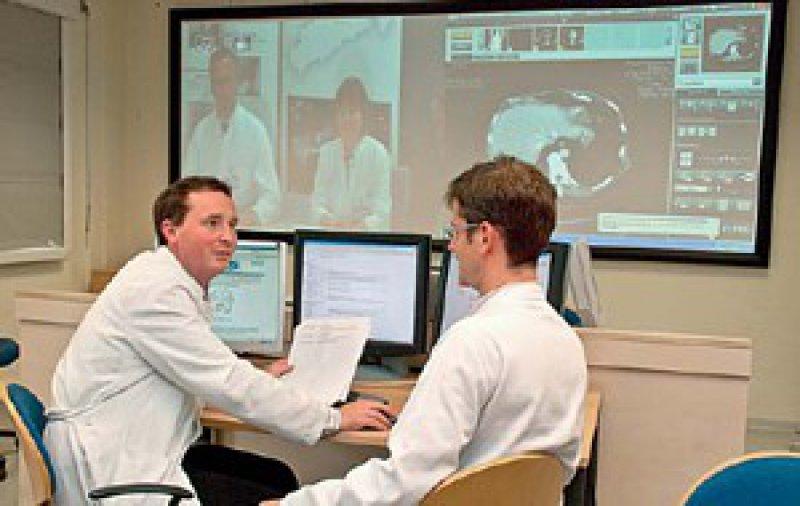 Ärzte vom Krebszentrum des Dresdener Universitätsklinikums besprechen mit ihren Kollegen in Freiberg Diagnose und Therapie von dort behandelten Krebspatienten. Foto: Marc Eisele, Universitätsklinikum Dresden