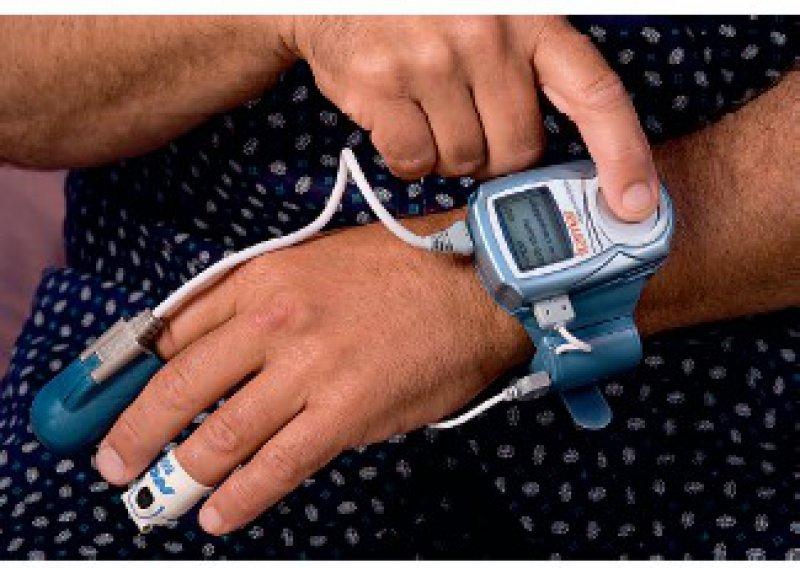 Das Mess- und Auswertungssystem arbeitet ohne Verkabelung. Der Patient kann es selbst anlegen. Foto: Neuwirth Medical Products GmbH
