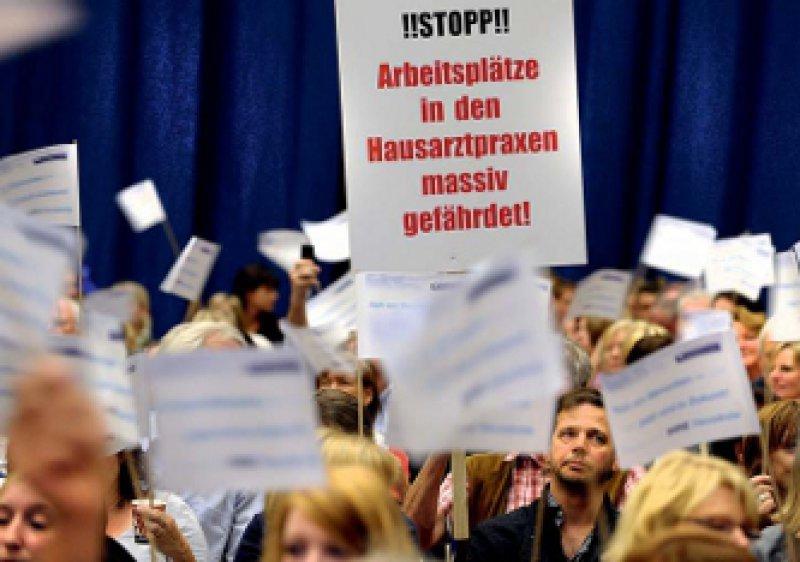 Protest und Plakate: 1 800 Reformgegner in der Essener Grugahalle. Foto: ddp
