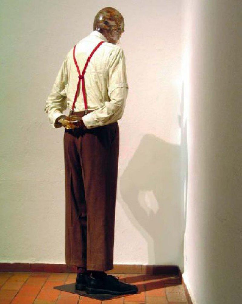 """Martin Kippenberger: """"Martin, ab in die Ecke und schäm dich"""", 1989, Kunstharz und Zigaretten (Kopf und Hände), Metall, Styropor, Schaumgummi und Kleidung (175 ✕ 80 ✕ 40 cm): So schillernd wie seine Person war auch seine Kunst, in der er sich immer wieder selbst in Szene setzte – und das am liebsten in Serie. Wie ein unartiger Schuljunge der 1950er Jahre steht er in der Ecke, in der Körperhaltung des Büßers – allerdings in Erwachsenengröße, im Kippenberger- Anzug und mit """"Kippen"""" im Hohlkopf. Die sechs Versionen der Skulptur sind heute im Besitz großer Sammlungen, unter anderem des Museum of Modern Art in New York. Foto: Roger Casas Barcelona/Estate Martin Kippenberger, Galerie Gisela Capitain, Cologne"""