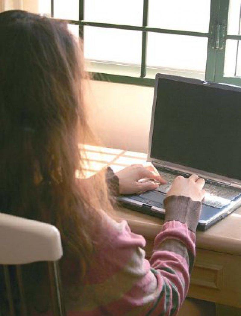 Beeinflussung durch Online-Communities – Mager- und Ess- Brechsüchtige verherrlichen ihre Krankheit in Internetforen und stiften darüber zu Essstörungen an. Foto: Fotolia