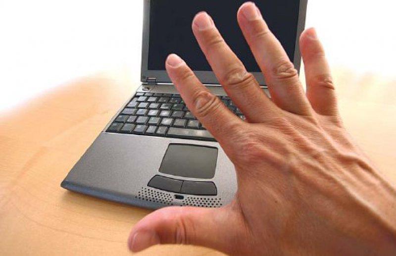 Panik durch Computer – Menschen, die sich durch Rechner überfordert oder hilflos fühlen, können im Extremfall Aversionen, Ängste oder Phobien entwickeln. Foto: Fotolia