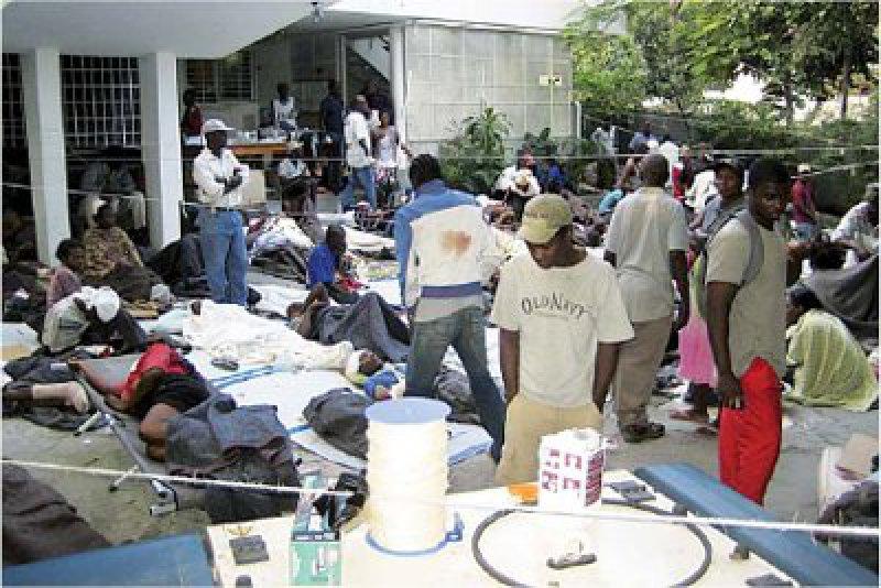 Port-au-Prince nach der Katastrophe: Unter freiem Himmel werden Verletzte notdürftig versorgt, hier durch die Organisation Ärzte ohne Grenzen. Foto: Actionpress