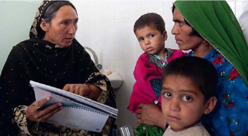 Lokaler Ansatz: Einheimische Gesundheitsberaterinnen klären Frauen zu medizinischen Fragen auf. Hilfsorganisationen schulen die Afghaninnen dafür. Foto: Mats Lignell/Save the Children