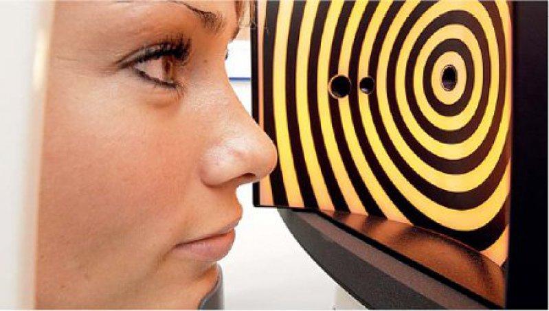 Die Beschaffenheit der Augenhornhaut wird vor einem operativen Eingriff vermessen, um sicherzustellen, dass sie nach der Intervention auch dem Augeninnendruck standhält. Foto: Centro Klinik Oberhausen
