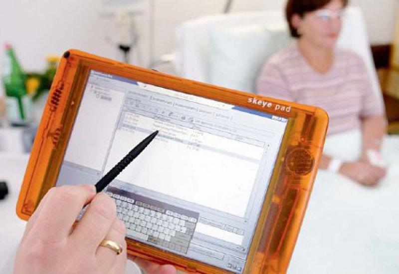 Mobile Systeme werden inzwischen häufig eingesetzt, um Maßnahmen des Pflegeprozesses zu dokumentieren. Foto: Lichtblick