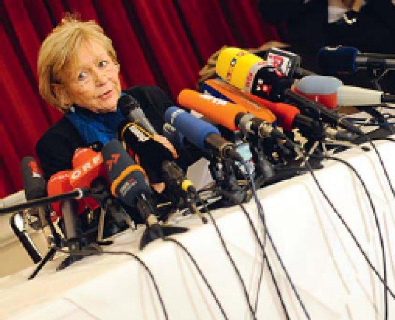 """Großes Medien - interesse: Bei Ursula Raue, der vom Jesuitenorden benannten """"Missbrauchsbeauftragten"""", haben sich bisher 115 Opfer sexueller Übergriffe gemeldet. Die Rechtsanwältin legte am 18. Februar in Berlin einen Zwischenbericht vor. Foto: dpa"""