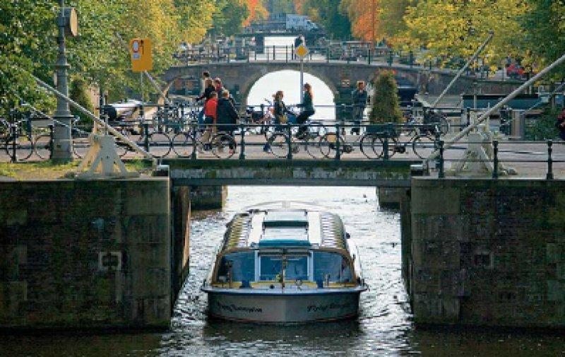 Zahlreiche Brücken überspannen die Grachten in Amsterdam.Foto: Studiosus Gruppenreisen