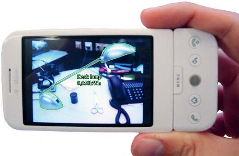 Mit dem Handy als Anzeige- und Steuergerät kann der Bewohner den Energieverbrauch seiner Geräte kontrollieren und sich den Verbrauch je Raum anzeigen lassen, Geräte ein- und ausschalten oder Lampen dimmen. Foto: Fraunhofer FIT