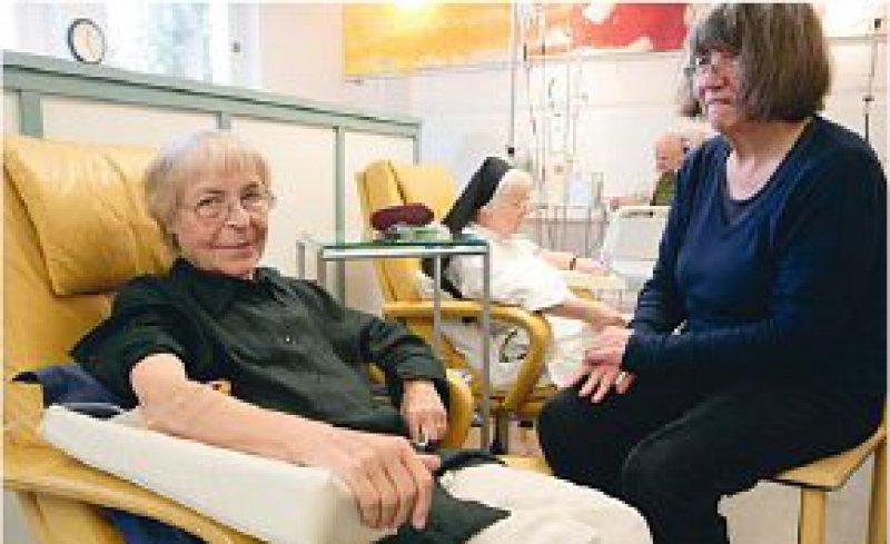 Ambulant vor stationär? Krebspatienten lassen sich immer häufiger in onkologischen Schwerpunktpraxen behandeln. Die KBV will, dass das so bleibt. Foto: ddp