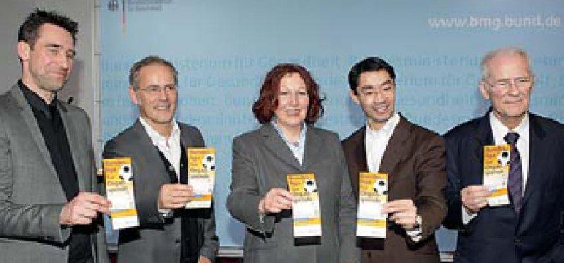 """Den Startschuss für die Kampagne gab Gesundheitsminister Philipp Rösler (2. von rechts). Foto: Verein """"Sportler für Organspende"""""""