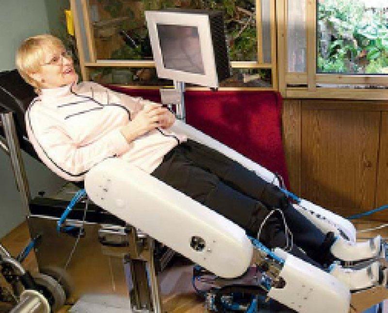 In halb liegender Position trainieren die Patienten mit dem Trainings - roboter Moregait. Foto: Orthopädische Universitätsklinik Heidelberg