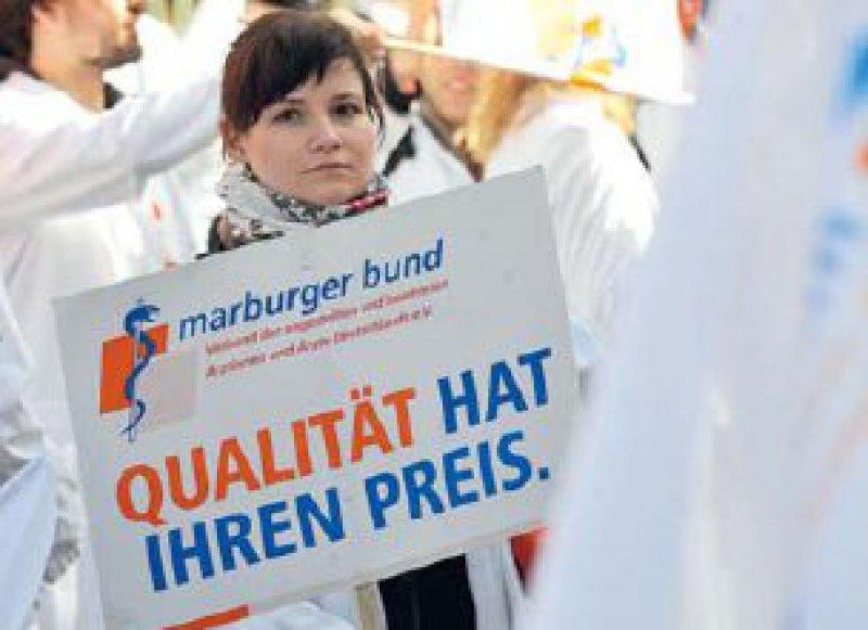 Die Zeichen stehen auf Streik: Ärztin bei der Protestkundgebung am 22. März in Köln. Foto: ddp