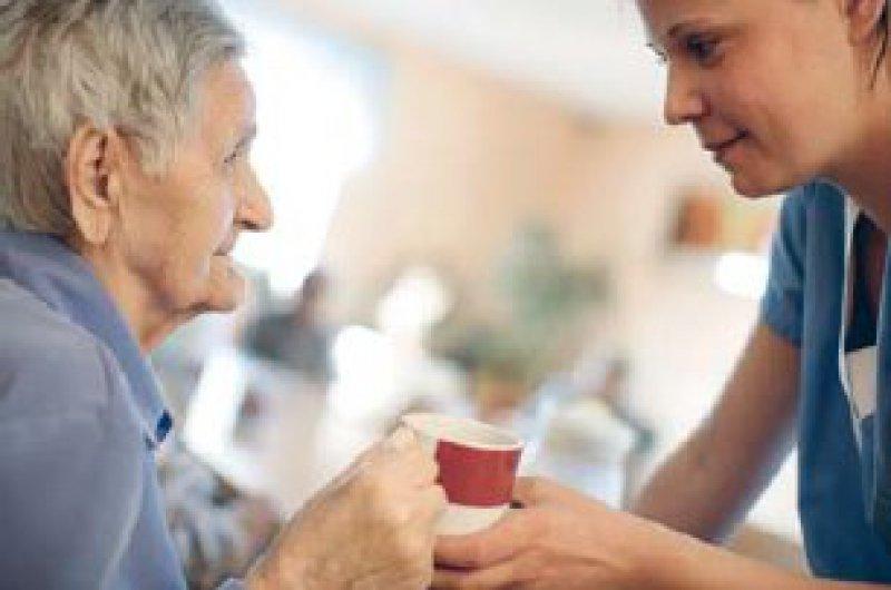 Für Mitarbeiter von Heimen und Pflegediensten gilt voraussichtlich ab Juli eine Lohnuntergrenze. Foto: vario images