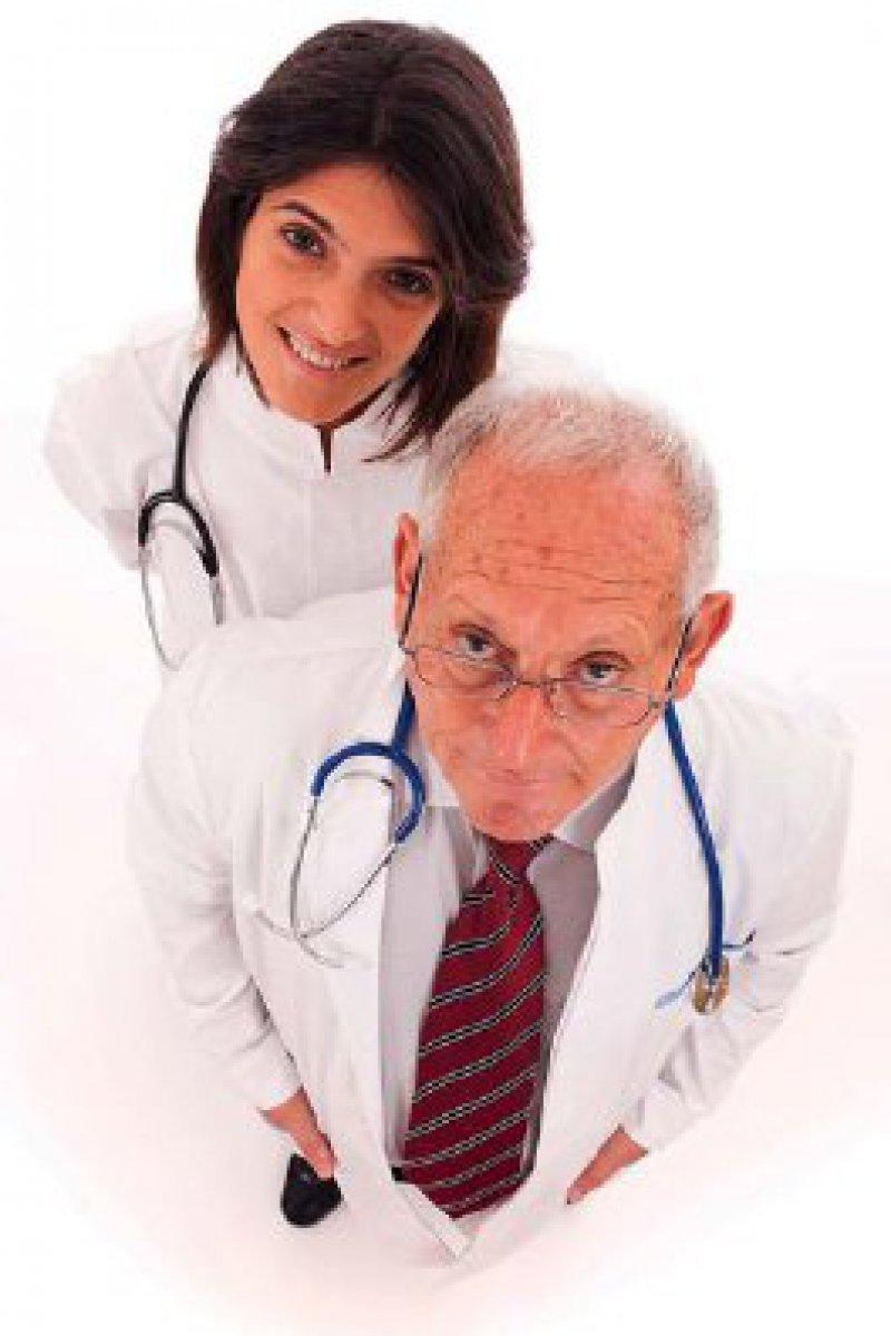 Alt trifft Jung: Der demografische Wandel macht auch vor den Krankenhäusern nicht halt. Es gilt, die älteren Ärzte körperlich zu entlasten und zugleich ihre Erfahrung zu nutzen. Foto: Fotolia