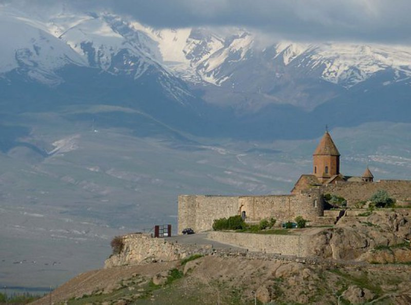 Dicht am biblischen Berg: 40 Kilometer südöstlich von Jerewan ragt das Kloster Chor Virap in die Kulisse des Ararat. Fotos: Elke Sturmhoebel