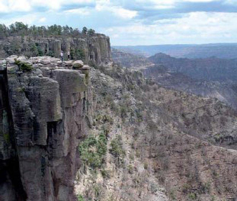 Barranca del Cobre: Fast 2 000 Meter reichen die zerklüfteten Felswände in die tropischen Täler des Canyons hinab.Fotos: Ulrich Uhlmann