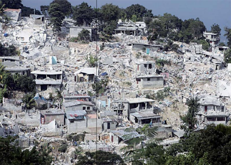 80 Prozent aller Häuser der haitianischen Hauptstadt Port-au-Prince stürzten Schätzungen zufolge bei dem Erdbeben ein. Fotos: dpa