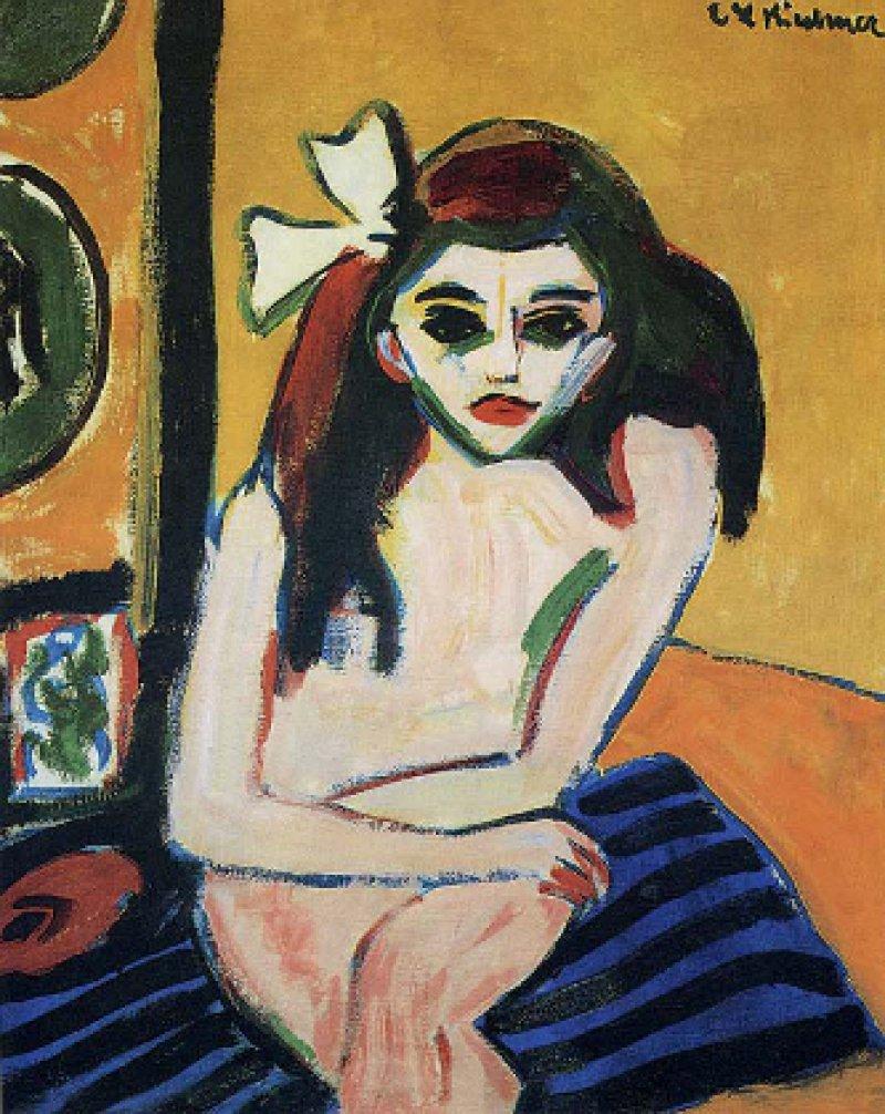 """Ernst Ludwig Kirchner: """"Marcella"""", 1909/10, Öl auf Leinwand (76 × 60 cm): Erst vor kurzem konnte das Geheimnis um ihre Identität gelüftet werden. Marcella Sprentzel heißt das 1895 in Dresden geborene junge Mädchen, das eines der bevorzugten Modelle Kirchners war. Er zeigt sie in für sie typischer Körperhaltung: die Beine übereinander geschlagen, die Arme vor dem Schoß verschränkt, nach vorn gebeugt, mit teils verhaltenem, teils herausforderndem Blick. Das Gemälde – eine Ikone des """"Brücke""""-Expressionismus – ist derzeit in Hannover (danach: in Halle, Stiftung Moritzburg) ausgestellt und befindet sich im Besitz des Stockholmer Moderna Museet."""