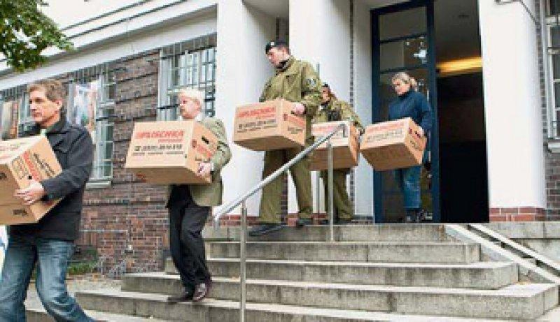 Mehr als 300 Beamte durchsuchten Räume der Berliner DRK-Kliniken und Privatwohnungen. Foto: dapd