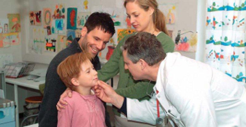 """Nicht nur im Film: Die DEGAM sieht den Hausarzt nicht nur als ersten Ansprechpartner bei allen Gesundheitsproblemen. Er nimmt seine Patienten auch im Umfeld der Familie wahr (hier eine Szene aus dem Film """"Ein langer Abschied""""). Foto: picture-alliance"""