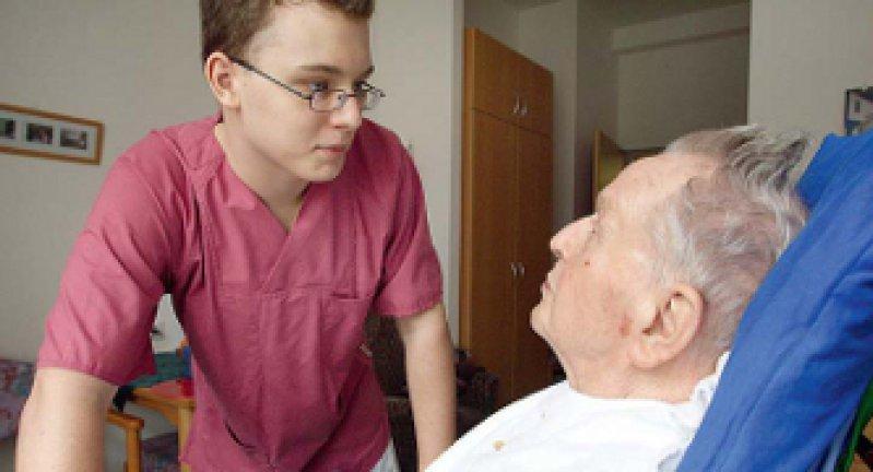 In der stationären Pflege werden 2030 PwC zufolge mehr als 350 000 Fachkräfte fehlen. Foto: Caro