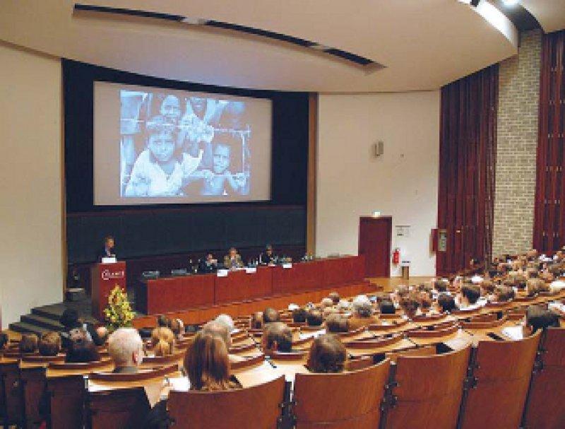 Genau hinsehen, um humanitäre Hilfe zu verbessern, die Versorgten selbst befragen – zwei Diskussionspunkte des Kongresses. Foto: Gregor von Glinski