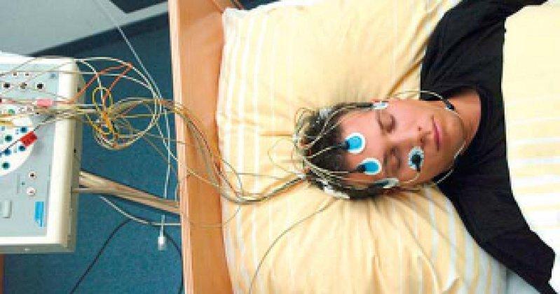 Patient im Schlaflabor (Universitätsklinik Freiburg). Die durchschnittliche Schlafdauer pro Nacht hat sich in den letzten 20 Jahren verkürzt. Foto: dpa