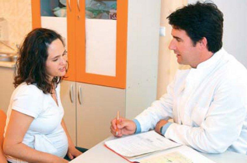 Schwangere Frau im Gespräch mit ihrem Arzt. Foto: mauritius images