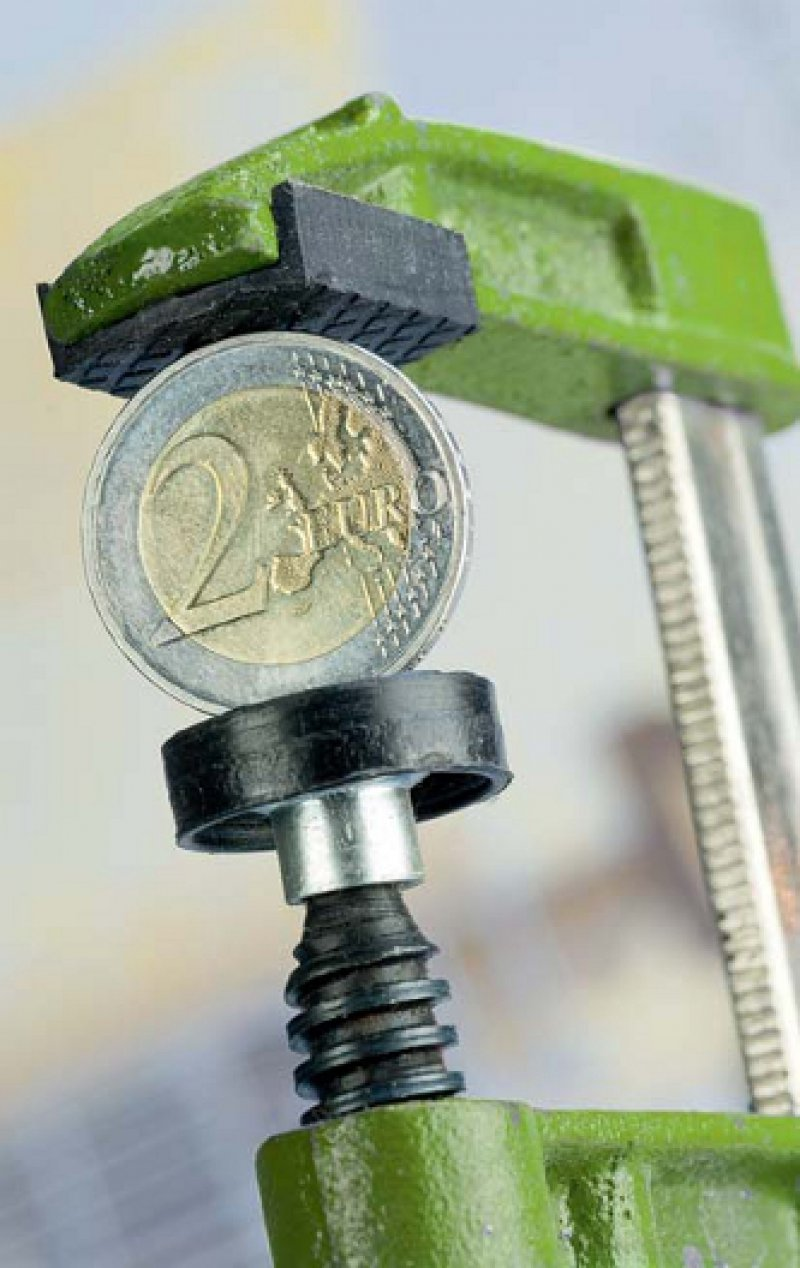 Der Euro unter Druck: Wer davon ausgeht, dass der Euro mittelfristig an Wert verliert, sollte in Sachwerte investieren. Foto: Fotolia