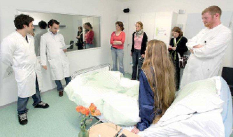 Richtig in Szene gesetzt werden Fälle im Studienhospital Münster durch Profischauspieler in einer originalgetreuen Lernumgebung. Foto: Lajos Jardai