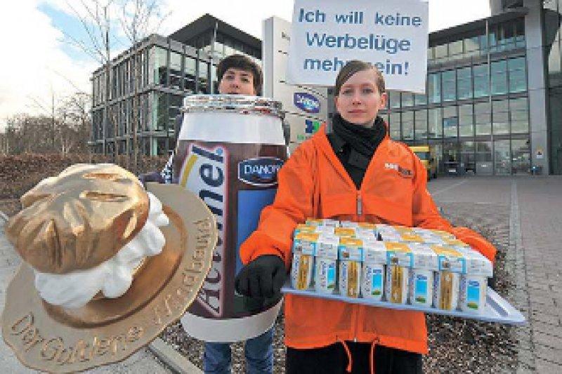 Protest gegen irreführende Werbung: Die Verbraucherrechtsorganisation Foodwatch zeichnete im vergangenen Jahr den Danone-Joghurt Actimel mit dem goldenen Windbeutel aus. Foto: dpa